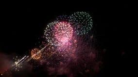 Fuegos artificiales en la noche oscura almacen de video
