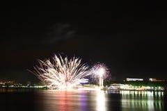 Fuegos artificiales en la playa. Imagen de archivo libre de regalías