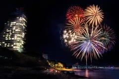 Fuegos artificiales en la playa de Pattaya, Tailandia Foto de archivo libre de regalías