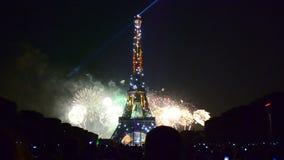 Fuegos artificiales en la torre Eiffel almacen de video