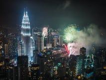 Fuegos artificiales en las torres de Petronas en el kilolitro Foto de archivo libre de regalías