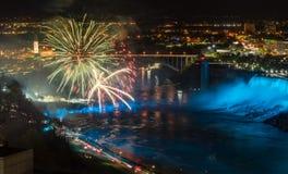 Fuegos artificiales en Niagara Falls imagenes de archivo