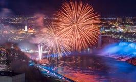 Fuegos artificiales en Niagara Falls foto de archivo libre de regalías