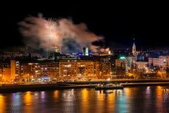 Fuegos artificiales en Novi Sad, Serbia Fuegos artificiales del ` s del Año Nuevo imagen de archivo libre de regalías