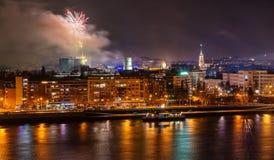 Fuegos artificiales en Novi Sad, Serbia Fuegos artificiales del ` s del Año Nuevo fotografía de archivo libre de regalías