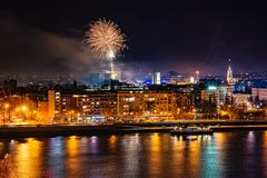 Fuegos artificiales en Novi Sad, Serbia Fuegos artificiales del ` s del Año Nuevo fotos de archivo