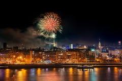Fuegos artificiales en Novi Sad, Serbia Fuegos artificiales del ` s del Año Nuevo foto de archivo