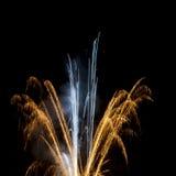 Fuegos artificiales en oro elegante y blanco en cielo nocturno Imágenes de archivo libres de regalías