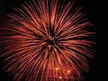Fuegos artificiales en oscuridad  imagen de archivo