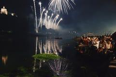 Fuegos artificiales en Turín con los espectadores y la luz Fotos de archivo