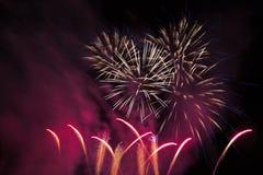 Fuegos artificiales en un cielo nocturno Foto de archivo libre de regalías