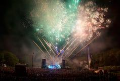 Fuegos artificiales en un concierto. Imagenes de archivo