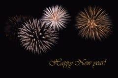 Fuegos artificiales en un fondo oscuro y un ` de la Feliz Año Nuevo del ` del texto Imagenes de archivo