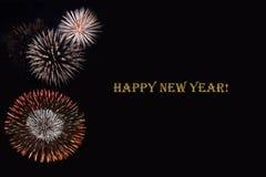Fuegos artificiales en un fondo oscuro y un ` de la Feliz Año Nuevo del ` del texto Imagen de archivo libre de regalías