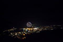 Fuegos artificiales en una pequeña ciudad en la noche Imagen de archivo libre de regalías