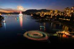 Fuegos artificiales en Vancouver y viajes de los transbordadores en el agua en la noche imagen de archivo libre de regalías