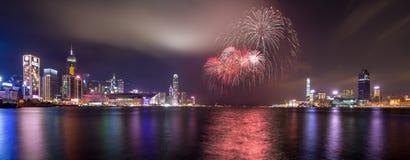 Fuegos artificiales en Victoria Harbor de Hong Kong Foto de archivo