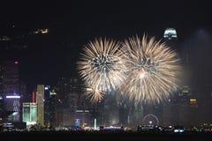 Fuegos artificiales en Victoria Harbor en Hong Kong Imágenes de archivo libres de regalías