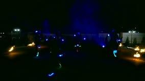 Fuegos artificiales Encienda la demostración con las muchachas de baile en vestidos rojos El sorprender en la noche almacen de video