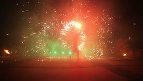 Fuegos artificiales Encienda la demostración Los muchachos y las muchachas bailan en los zapatos que brillan intensamente en la n metrajes