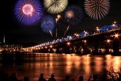 Fuegos artificiales espectaculares en el río de Han Fotografía de archivo libre de regalías