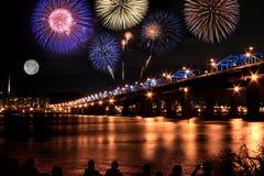 Fuegos artificiales espectaculares en el río de Han en Luna Llena Imagen de archivo