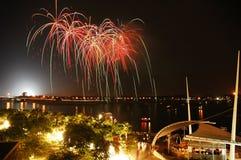 Fuegos artificiales espectaculares por la bahía Imágenes de archivo libres de regalías