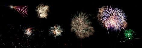 Fuegos artificiales espectaculares sobre una ciudad por noche imagenes de archivo
