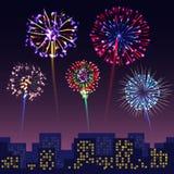 Fuegos artificiales festivos brillantes con el fondo moderno del cityshape de la ciudad Foto de archivo libre de regalías