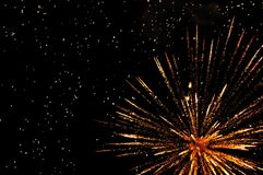 Fuegos artificiales festivos de oro Fotos de archivo
