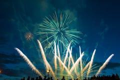 Fuegos artificiales festivos del Año Nuevo Fotos de archivo libres de regalías
