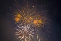 Fuegos artificiales festivos del Año Nuevo Fotos de archivo