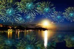 Fuegos artificiales festivos del Año Nuevo sobre el tropical Foto de archivo