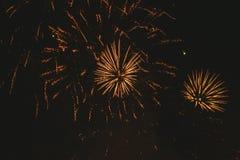 Fuegos artificiales festivos del oro del primer en un fondo negro Fondo abstracto del d?a de fiesta fotos de archivo libres de regalías