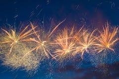 Fuegos artificiales festivos del ` s del Año Nuevo Fotos de archivo libres de regalías