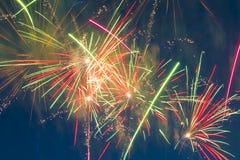 Fuegos artificiales festivos del ` s del Año Nuevo Fotos de archivo