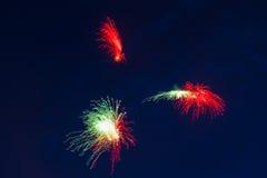 Fuegos artificiales festivos del ` s del Año Nuevo Foto de archivo