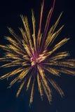 Fuegos artificiales festivos del ` s del Año Nuevo Foto de archivo libre de regalías