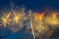 Fuegos artificiales festivos del ` s del Año Nuevo Imagen de archivo libre de regalías