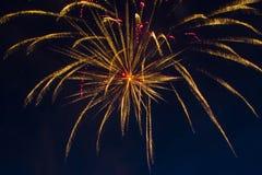 Fuegos artificiales festivos del ` s del Año Nuevo Imagenes de archivo