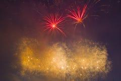 Fuegos artificiales festivos del ` s del Año Nuevo Imagen de archivo