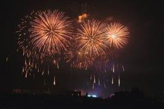 Fuegos artificiales festivos en su ciudad preferida fotografía de archivo