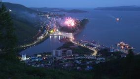 Fuegos artificiales festivos multicolores el día del día del ` s del pescador de pescador almacen de video