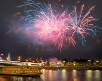 Fuegos artificiales festivos sobre la Moscú el Kremlin Foto de archivo