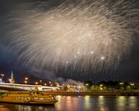 Fuegos artificiales festivos sobre la Moscú el Kremlin Fotos de archivo libres de regalías