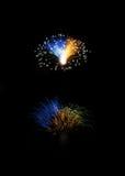 Fuegos artificiales, fuegos artificiales coloridos fondo, explosión de los fuegos artificiales en el cielo oscuro, Malta, fuegos  Fotos de archivo
