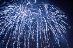 Fuegos artificiales grandes durante el acontecimiento de las celebraciones foto de archivo