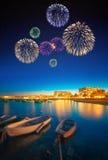Fuegos artificiales hermosos bajo opinión de la noche de la isla de Ibiza Fotos de archivo libres de regalías