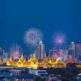 Fuegos artificiales hermosos con el palacio y la ciudad magníficos de Bangkok en fondo fotografía de archivo