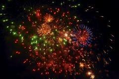 Fuegos artificiales hermosos contra el cielo negro del Año Nuevo Foto de archivo libre de regalías